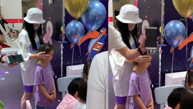 李小璐摸她脸给安慰, 贾乃亮独自抓娃娃 甜馨看别人玩挪不开脚,
