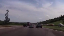 这辆SUV高速故意别小车,结果小车神车技巧妙躲避,SUV翻车了!
