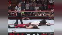 WWE中谁让巨石强森眼神如此惊恐?两巨星纳闷那人不是来救咱的