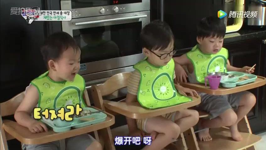 大韩民国万岁吃着爸爸亲手做的爆米花,真是津津有味啊