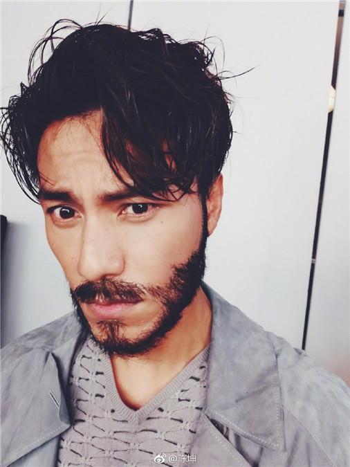 短发,还留了一点胡渣,变得有男人味;可是在行走完后,却变成了满脸络腮图片
