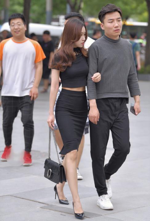街拍: 紧身衣包臀裙性感大方, 这就是男友如此满意的原因