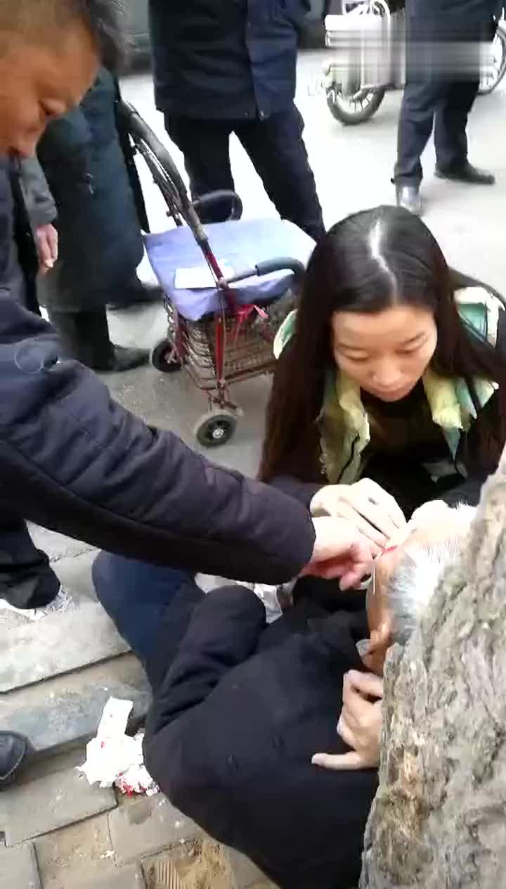 邯郸一老人路边摔倒满脸血 女护士蹲着包扎被赞最美