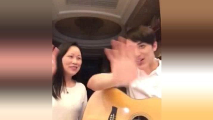 许魏洲与妈妈一起唱《隐形的翅膀》,唱的真好听