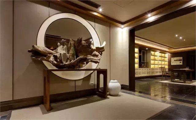 禅是东方古老文化理论精髓之一,茶亦是中国传统文化的组成部分,品茶悟禅自古有之。设计师以禅的风韵来诠释室内设计,不求华丽,旨在体现人与自然的沟通,为现代人营造一片灵魂的栖息之地。  茶馆内以素色为主调,粗糙的青石板与天然纹理的木地板厚实而流畅,仿佛划过满了时间的痕迹,为整个空间带来一种大气磅礴的气势。茶馆以一种独特的姿态诠释着中式之美。  本案设计师将现代气息揉合东方禅意,将空间演绎一个优雅的品茗空间,软装并以「茶」作为引子,凝聚整体空间感,同时也向前延伸了空间体验。茶室各个空间用木格隔成半通透的空间,坐在