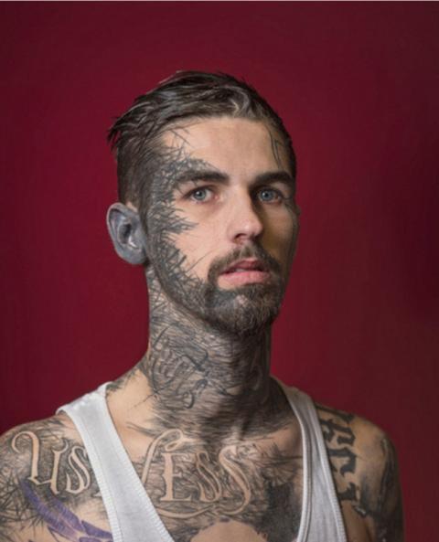 摄影师用镜头记录极端面部纹身