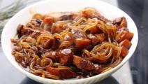 猪肉炖粉条富有特色的东北地区风味菜肴,深受南北方人的喜爱