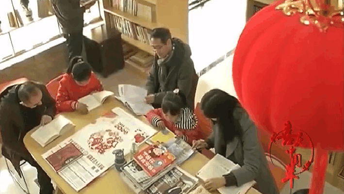 春节期间,各社区的公益书屋也迎来大批读者