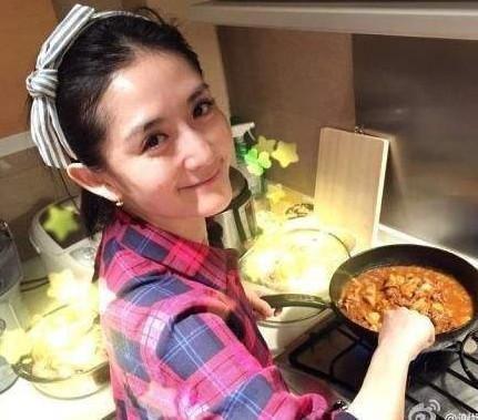 好贤惠! wbr谢娜怀孕了还挺着肚子为张杰做饭