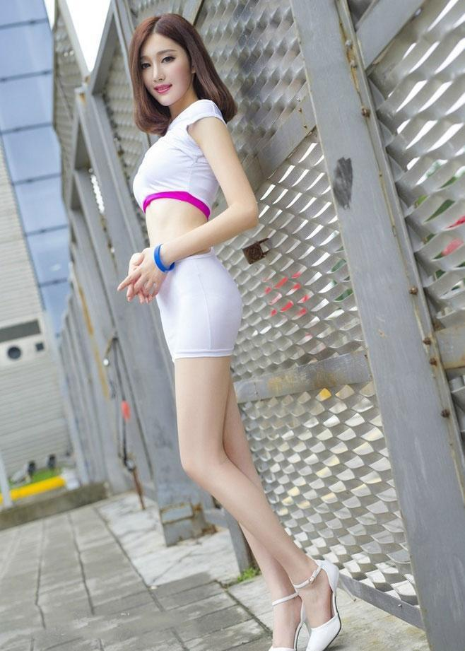 街拍: 身材高挑韶颜稚齿的性感妹子, 穿着大方身姿凹凸很是迷人