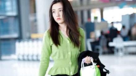 宋祖儿机场未修图曝光, 颜高身材好却遭网友们质疑: 体重不过百