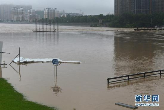 7月2日,安徽省六安市城区老淠河在建的文华路大桥浸泡在洪水中.