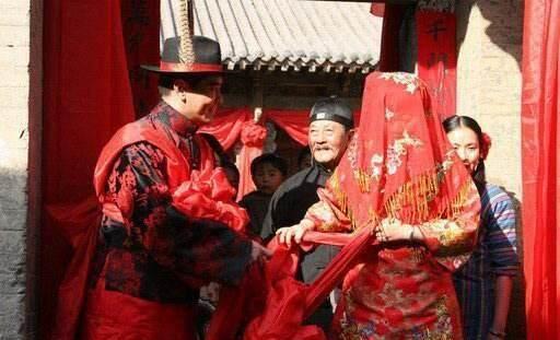 古代人结婚, 新娘为什么要一直蒙着红盖头等到晚上新郎才能去掀开图片