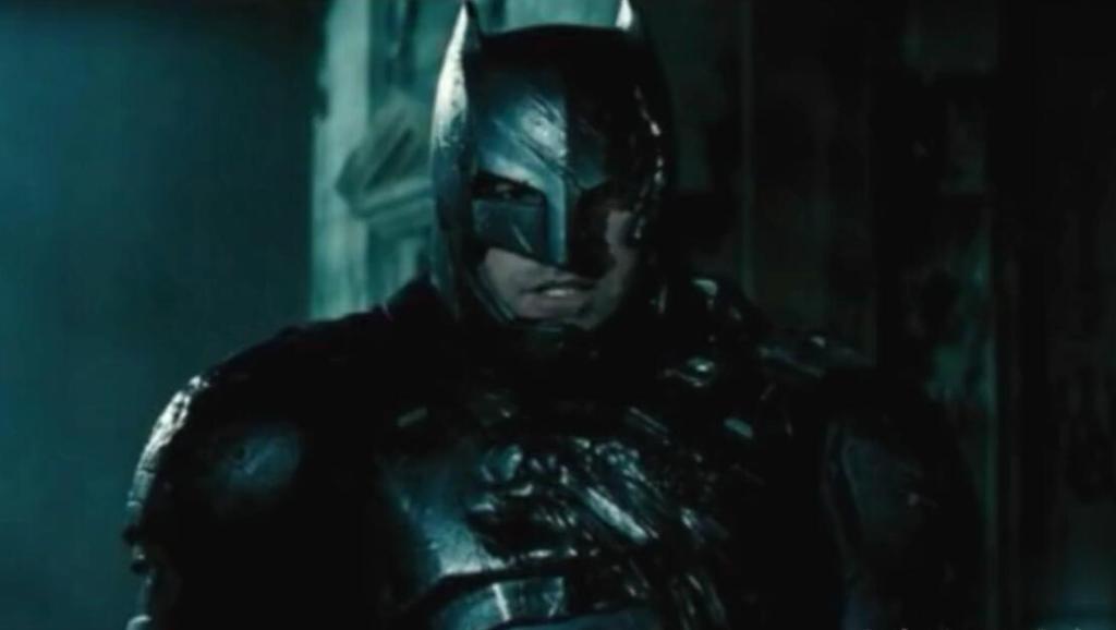 加厚装甲穿到蝙蝠侠身上,这威力也太巨大了,直接秒杀超人