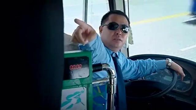 奔驰女司机酒驾摆剪刀手 要求戴手铐脚镣