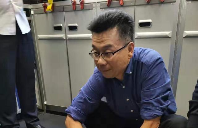 海南医生与广东医生飞机上联合救人, 在万米高空用嘴为患病老人吸尿