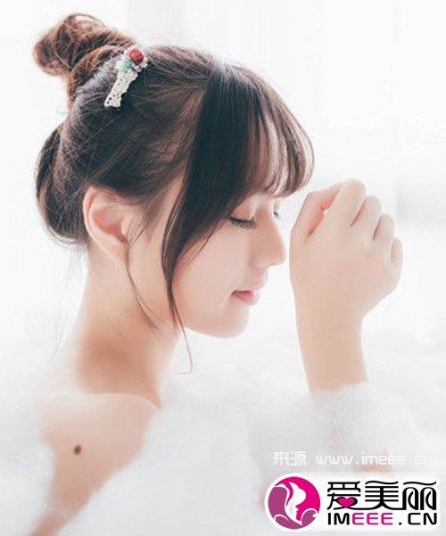 可爱女生可以用刘海搭配丸子头