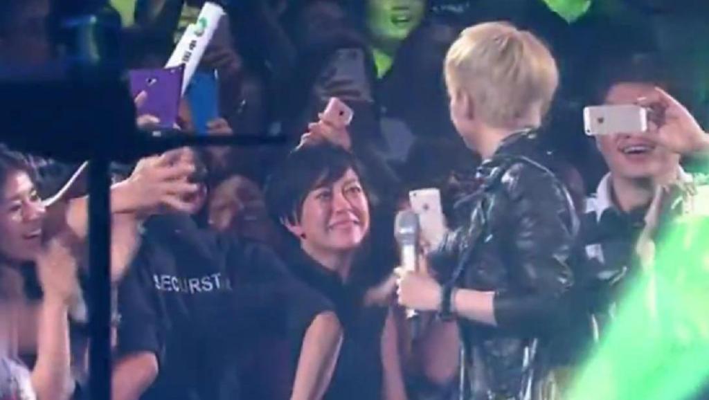 演唱会上陈慧娴与歌迷握手,有一个喜极而泣,陈娴献出一个温暖的拥抱安抚她!