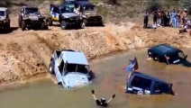 有钱人的世界我不懂,越野车集体排队下河洗澡!