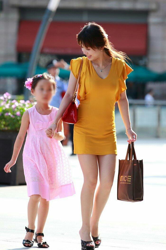 街拍: 美丽辣妈时尚年轻, 眼里满满的母爱 7