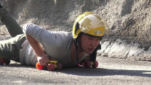 小伙作死挑战成龙大哥电影里的极限滑轮,最后被摔惨了