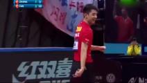 """张继科一个眼神,樊振东就跟张继科在赛场上玩起了""""表演""""!"""