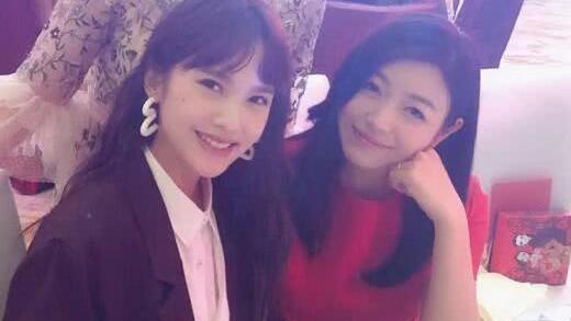 杨丞琳陈妍希在阿娇婚宴现场玩自拍 网友: 逆龄姐妹花