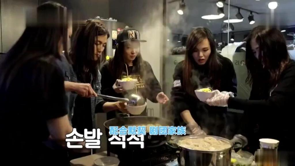 秋瓷炫果然是大厨,韩国人吃的停不下来,于可爱的大碗很是抢镜!