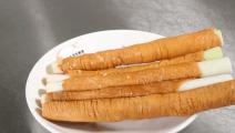 用大葱串上猪大肠,皮脆味甘香,肥而不腻
