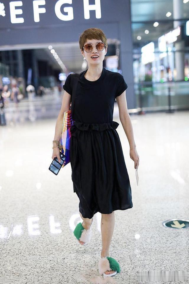 烂大街黑裙配毛绒拖鞋, 低调造型看完服了 马伊琍近照穿搭真随意,