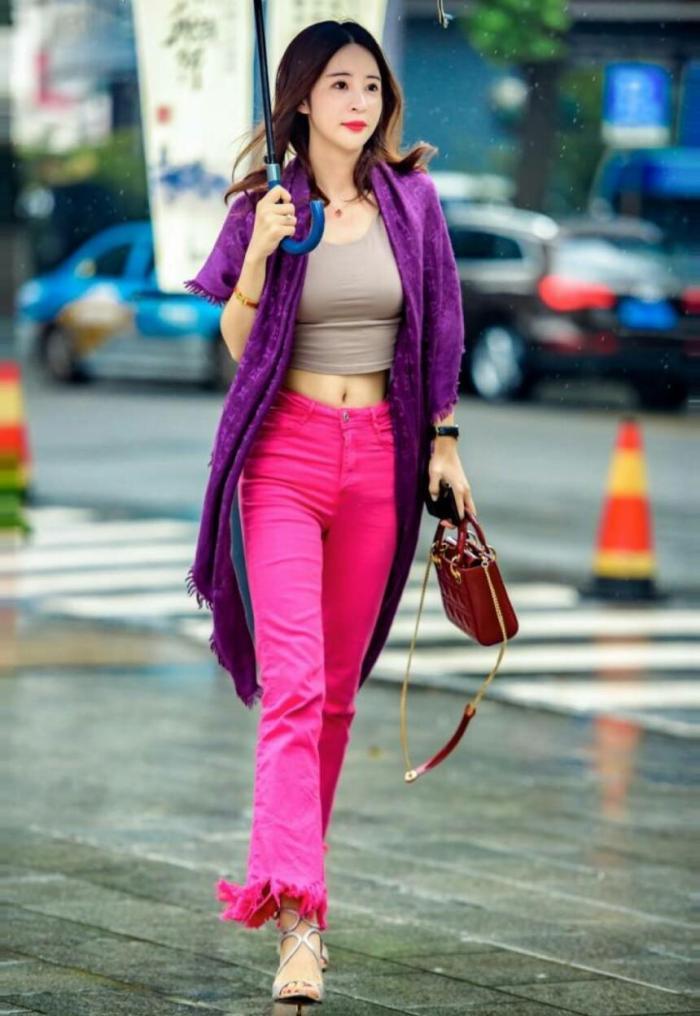 街拍 : 艳丽的着装掩盖不了辣妈的天生丽质