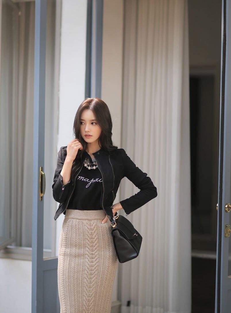 孙允珠浅灰色素雅针织长裙搭配黑色短外套 丰神冶丽