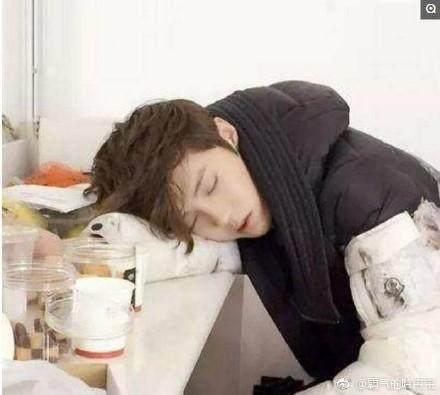 7位男星同是趴着睡, 杨洋要帅晕, 吴亦凡很可爱, 鹿晗太高难度!