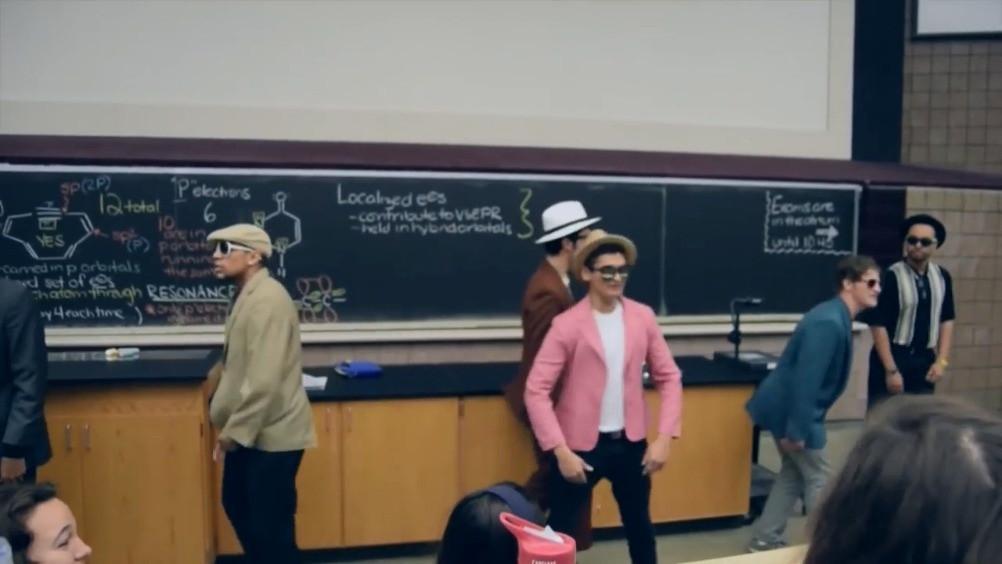 【密歇根州立大学课堂,学生恶搞演奏Uptown Funk】上次上课我也这么走路被打了,如果是这位老师我就很喜欢了