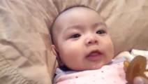 小宝宝刚睡醒, 当爸爸解开宝宝包被的一瞬间, 宝宝的反应好可爱!