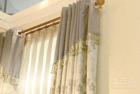 在窗帘罗马杆安装步骤中,我们打孔的时候就应该要注意远离电线水管.