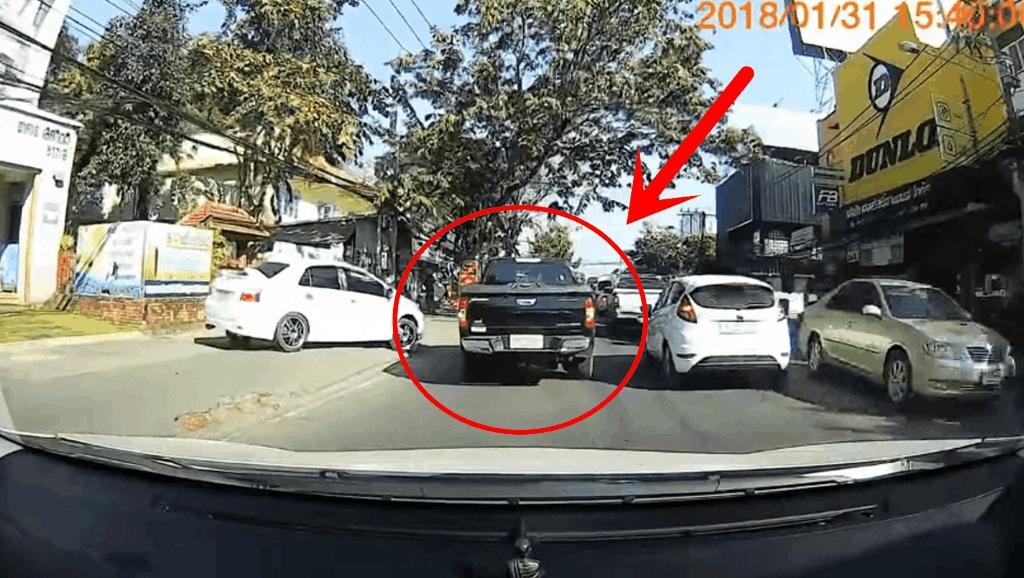 嚣张皮卡车撞倒摩托车,司机竟扬长而去,记录仪拍下可恶瞬间!