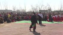 农村的这个罗锅拳师真是深藏不露,打的对手无还手之力