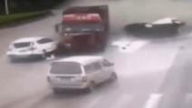 路口五辆汽车规规矩矩等红灯,只有一辆幸免于难