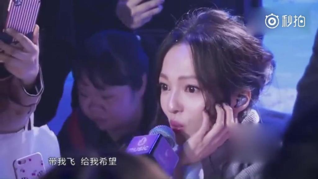 张韶涵和粉丝合唱起经典的《隐形的翅膀》,唱哭了自己