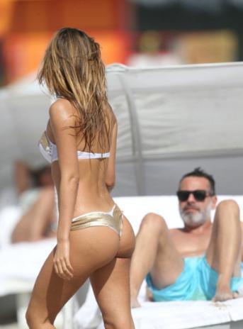 欧美女星海边度假游玩, 网友: 她后面的老头在看啥