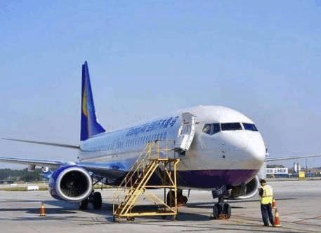 吓死了: 飞机在郑州机场降落后 发现轮子掉了