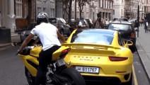 保时捷倒车撞上摩托车,车主却一点都不生气