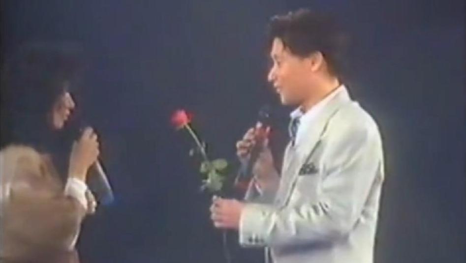 邝美云深情献唱,张学友忍不住,跑上去送花,已歌传情合唱一曲!