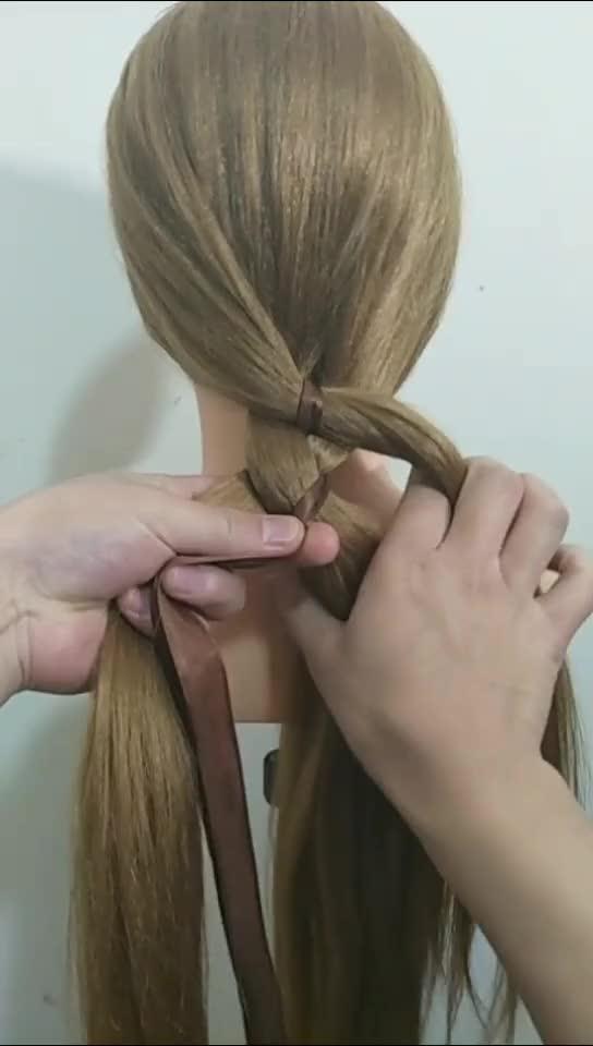 这就是铜钱辫 打开 宝妈儿童编发教程之萌萌小公主可爱三股马尾辫发型