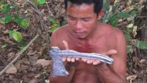柬埔寨男子收集废弃金属进行冶炼,用笨办法铸了一把斧子!