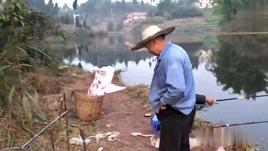 农村老汉钓鱼有绝招,用这个鱼饵是绝妙,大鱼小鱼逃不掉,一网打尽