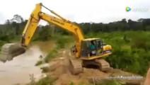 挖掘机师傅强势装逼渡河,刚开始还很牛逼,结局让司机懵逼了!