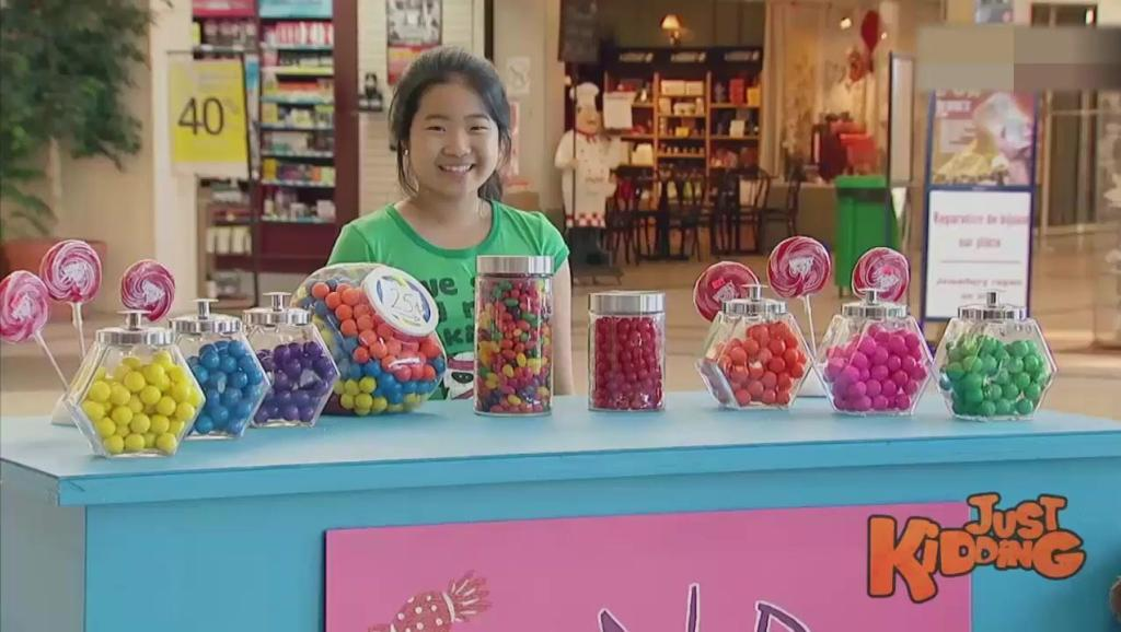 搞笑!熊孩子钻进糖豆中消失不见惊坏路人