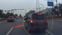路怒老司机开五菱神车 一路别车,后车司机心态爆炸 最后只能一脚油门解决了!
